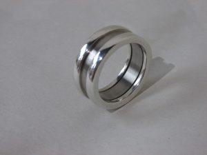 Ring van zilver en titanium € 220