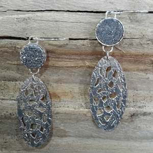 Zilveren oorbellen met grijze titaandruse