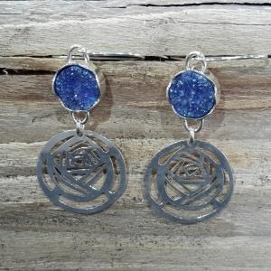 Zilveren roos-oorbellen met blauwe titaandruse
