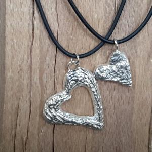 Zilveren hartjes gegoten in sepiasteen