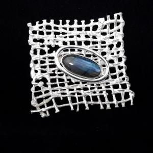 Gegoten broche van zilver met gezette labradoriet