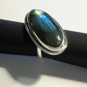 Zilveren ring met schuine zetkast en labradoriet