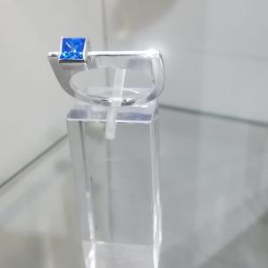 Zilveren design-ring met blauwe zirkonia