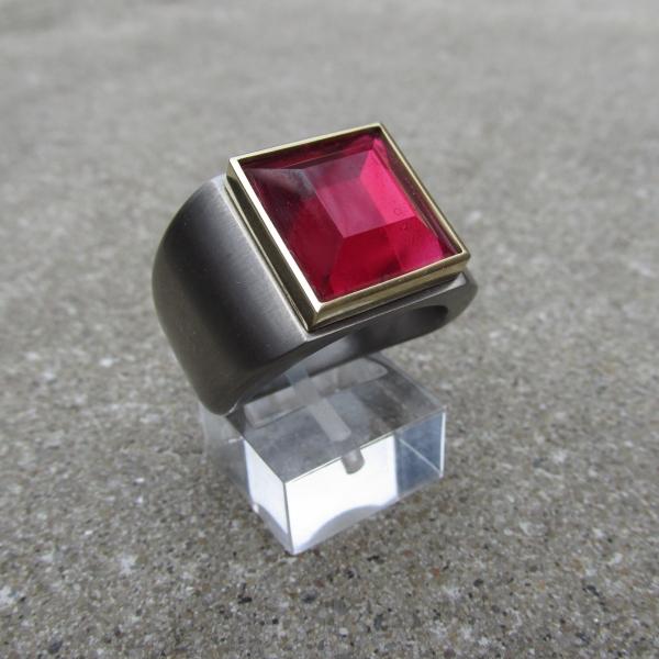 Michel Kortman Titanium en Gouden ring met synt Robijn